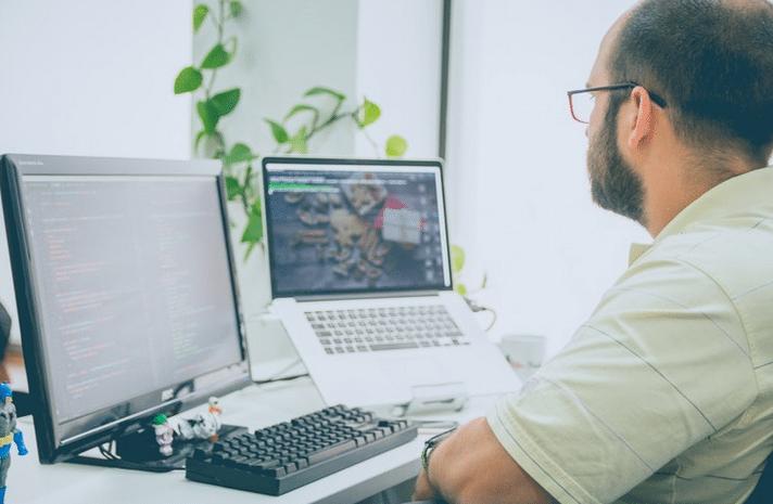 lap top - kompjuter - covek - drustvene mreže - šifra
